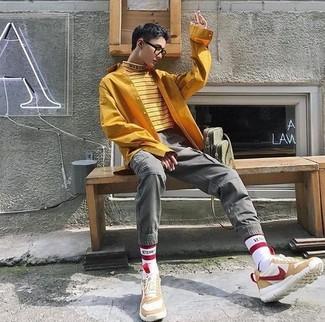 Cómo combinar: deportivas de ante en beige, pantalón cargo gris, camisa de manga larga mostaza, jersey de cuello alto de rayas horizontales amarillo