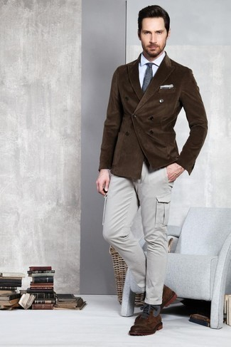 Combinar un blazer cruzado de pana en marrón oscuro: Intenta combinar un blazer cruzado de pana en marrón oscuro junto a un pantalón cargo gris para las 8 horas. Botas casual de cuero en marrón oscuro son una opción buena para completar este atuendo.