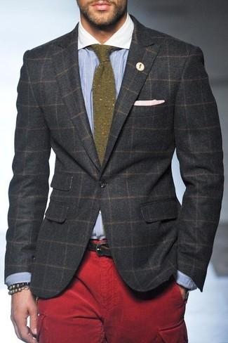 Combinar un blazer de lana a cuadros en gris oscuro: Este combo de un blazer de lana a cuadros en gris oscuro y un pantalón cargo rojo te permitirá mantener un estilo cuando no estés trabajando limpio y simple.