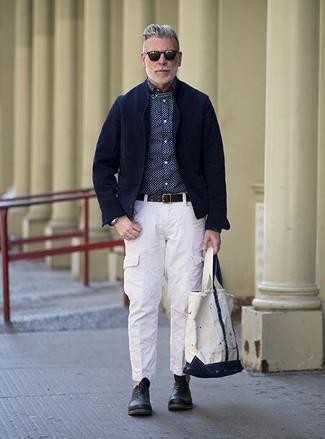 Cómo combinar: zapatos oxford de cuero negros, pantalón cargo blanco, camisa de vestir a lunares en azul marino y blanco, blazer de pana azul marino