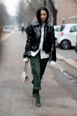 Cómo combinar: botines de ante verde oscuro, pantalón cargo verde oscuro, camisa de vestir blanca, chaqueta motera de cuero negra