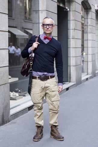 Cómo combinar: botas casual de cuero en marrón oscuro, pantalón cargo en beige, camisa de vestir de cuadro vichy en violeta, jersey de pico negro