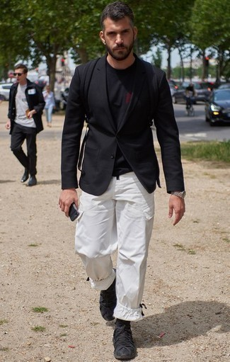 Combinar un blazer negro: Considera ponerse un blazer negro y un pantalón cargo blanco para conseguir una apariencia relajada pero elegante. Si no quieres vestir totalmente formal, elige un par de deportivas negras.