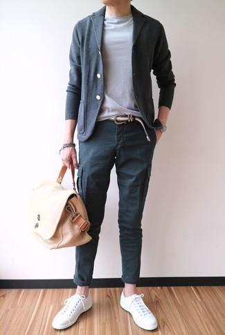 Combinar un pantalón cargo en gris oscuro: Intenta combinar un cárdigan en gris oscuro junto a un pantalón cargo en gris oscuro para una vestimenta cómoda que queda muy bien junta. Tenis de lona blancos son una opción muy buena para complementar tu atuendo.