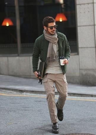 Combinar una bufanda gris: Emparejar un cárdigan de punto verde oscuro con una bufanda gris es una opción grandiosa para el fin de semana. Zapatos con hebilla de cuero en marrón oscuro proporcionarán una estética clásica al conjunto.