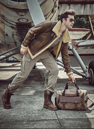 Cómo combinar: botas casual de cuero marrónes, pantalón cargo gris, camiseta con cuello circular gris, chaqueta de piel de oveja marrón