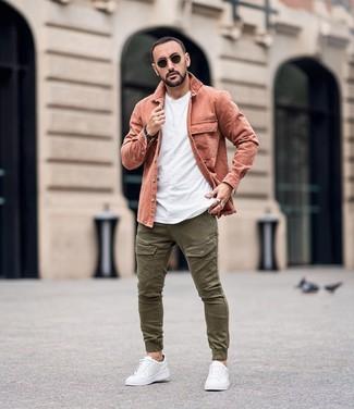 Combinar un pantalón cargo verde oliva: Empareja una chaqueta estilo camisa rosada junto a un pantalón cargo verde oliva para una vestimenta cómoda que queda muy bien junta. ¿Quieres elegir un zapato informal? Elige un par de tenis de cuero blancos para el día.