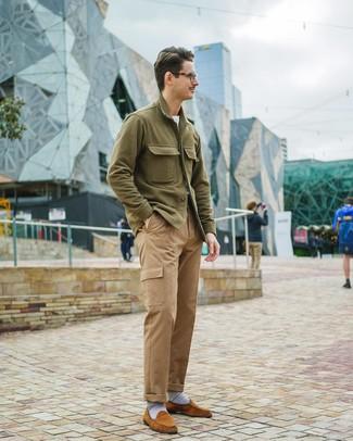 Cómo combinar: mocasín de ante en tabaco, pantalón cargo marrón claro, camiseta con cuello circular blanca, chaqueta estilo camisa verde oliva