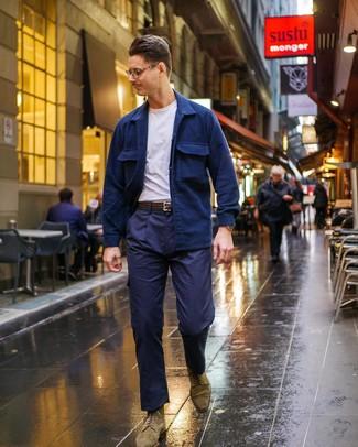 Cómo combinar: botas brogue de ante verde oliva, pantalón cargo azul marino, camiseta con cuello circular blanca, chaqueta estilo camisa azul marino