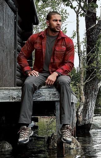 Combinar un pantalón cargo en gris oscuro: Intenta ponerse una chaqueta estilo camisa de tartán roja y un pantalón cargo en gris oscuro para un look diario sin parecer demasiado arreglada. Si no quieres vestir totalmente formal, opta por un par de botas de trabajo de lona en beige.