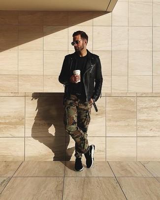 Cómo combinar: zapatillas altas negras, pantalón cargo de camuflaje verde oliva, camiseta con cuello circular negra, chaqueta motera de cuero negra