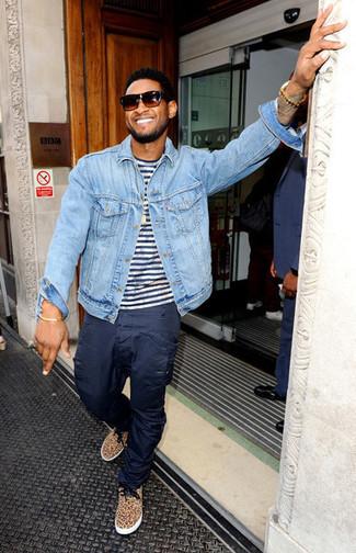 Look de Usher: Tenis de leopardo marrón claro, Pantalón cargo azul marino, Camiseta con cuello circular de rayas horizontales en blanco y azul marino, Chaqueta vaquera celeste