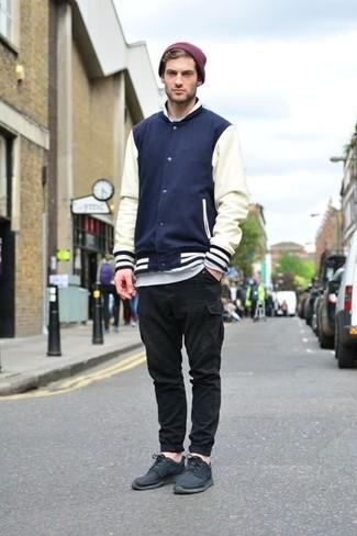 Outfits hombres estilo relajado: Considera emparejar una chaqueta varsity en azul marino y blanco junto a un pantalón cargo negro para cualquier sorpresa que haya en el día. Deportivas negras añaden un toque de personalidad al look.