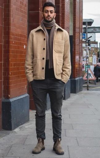 Combinar un pantalón cargo en gris oscuro: Utiliza un chaquetón marrón claro y un pantalón cargo en gris oscuro para crear un estilo informal elegante. Activa tu modo fiera sartorial y haz de botines chelsea de ante marrónes tu calzado.