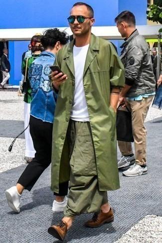 Combinar unas gafas de sol verdes: Intenta combinar una gabardina verde oliva junto a unas gafas de sol verdes transmitirán una vibra libre y relajada. Zapatos derby de cuero marrónes proporcionarán una estética clásica al conjunto.