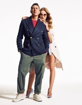 Combinar un pantalón cargo verde oliva: Casa un blazer cruzado azul marino junto a un pantalón cargo verde oliva para crear un estilo informal elegante. ¿Quieres elegir un zapato informal? Complementa tu atuendo con tenis de lona en beige para el día.