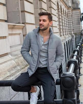 Combinar un pantalón cargo en gris oscuro: Para un atuendo que esté lleno de caracter y personalidad elige un plumífero gris y un pantalón cargo en gris oscuro. ¿Quieres elegir un zapato informal? Opta por un par de tenis blancos para el día.