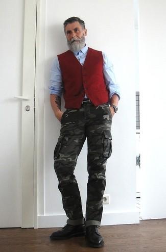 Cómo combinar: botas brogue de cuero negras, pantalón cargo de camuflaje en gris oscuro, camisa de manga larga celeste, chaleco de vestir rojo