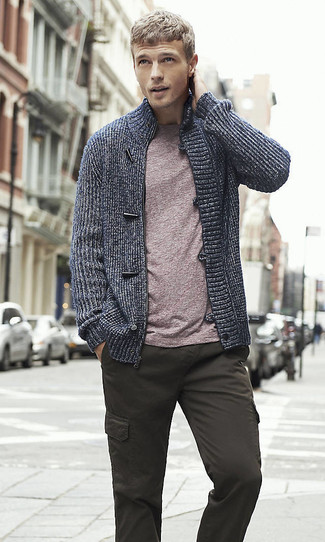 Combinar un jersey con cremallera azul marino: Usa un jersey con cremallera azul marino y un pantalón cargo en gris oscuro para conseguir una apariencia relajada pero elegante.
