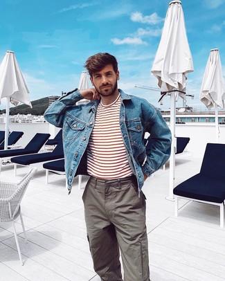 Cómo combinar: pantalón cargo gris, camiseta con cuello circular de rayas horizontales en blanco y rojo, chaqueta vaquera azul