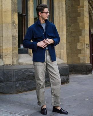 Cómo combinar: mocasín de cuero morado oscuro, pantalón cargo gris, jersey con cuello circular celeste, chaqueta estilo camisa de lana azul marino