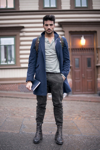 Cómo combinar: botas casual de cuero negras, pantalón cargo de camuflaje en gris oscuro, jersey con cuello henley gris, abrigo largo azul marino
