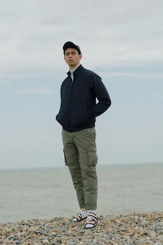 Cómo combinar: sandalias de cuero en beige, pantalón cargo verde oliva, jersey de cuello alto blanco, cazadora de aviador negra