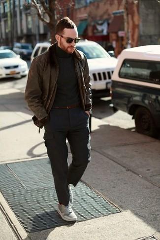 Combinar un pantalón cargo en gris oscuro: Equípate una chaqueta de piel de oveja marrón junto a un pantalón cargo en gris oscuro para lidiar sin esfuerzo con lo que sea que te traiga el día. ¿Quieres elegir un zapato informal? Elige un par de deportivas grises para el día.