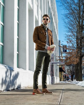 Cómo combinar: botas brogue de cuero marrónes, pantalón cargo verde oscuro, jersey de cuello alto de punto gris, chaqueta estilo camisa de ante marrón
