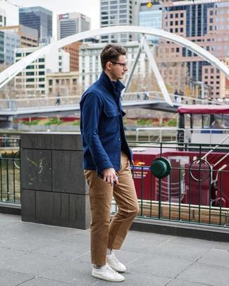 Combinar una chaqueta estilo camisa de lana azul marino: Para un atuendo que esté lleno de caracter y personalidad considera ponerse una chaqueta estilo camisa de lana azul marino y un pantalón cargo marrón claro. ¿Quieres elegir un zapato informal? Haz tenis blancos tu calzado para el día.
