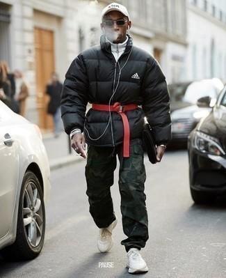 Combinar un plumífero negro: Ponte un plumífero negro y un pantalón cargo de camuflaje verde oscuro para conseguir una apariencia relajada pero elegante. ¿Quieres elegir un zapato informal? Opta por un par de deportivas blancas para el día.