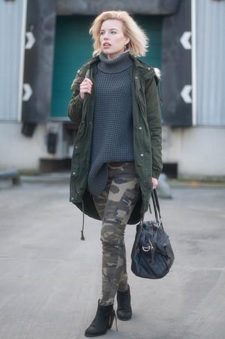 Cómo combinar: botines de cuero negros, pantalón cargo de camuflaje verde oliva, jersey de cuello alto de punto en gris oscuro, parka verde oscuro