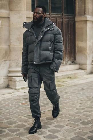 Combinar un pantalón cargo en gris oscuro: Intenta ponerse un plumífero en gris oscuro y un pantalón cargo en gris oscuro para lidiar sin esfuerzo con lo que sea que te traiga el día. ¿Te sientes valiente? Opta por un par de botas brogue de cuero negras.