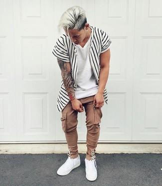 Cómo combinar: tenis de cuero blancos, pantalón cargo marrón, camiseta con cuello circular blanca, camisa de manga corta de rayas verticales en blanco y negro