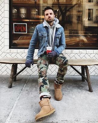 Cómo combinar: botas ugg marrón claro, pantalón cargo de camuflaje verde oliva, sudadera con capucha gris, chaqueta vaquera azul
