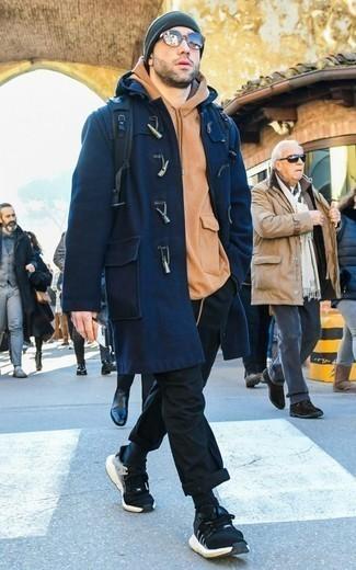 Combinar una sudadera con capucha marrón claro: Una sudadera con capucha marrón claro y un pantalón cargo negro son una opción inigualable para el fin de semana. ¿Quieres elegir un zapato informal? Elige un par de deportivas en negro y blanco para el día.