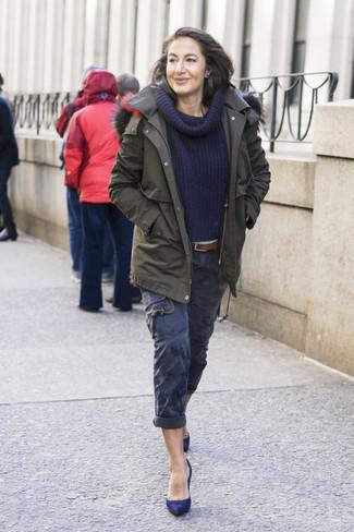 Cómo combinar: zapatos de tacón de ante azul marino, pantalón cargo azul marino, suéter con cuello chal azul marino, parka verde oliva
