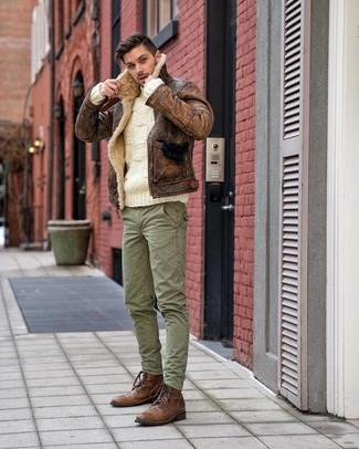 Cómo combinar: botas casual de cuero marrónes, pantalón cargo verde, jersey de ochos blanco, chaqueta de piel de oveja marrón