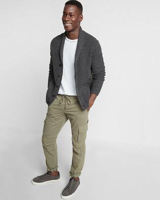 Cómo combinar: tenis de cuero en gris oscuro, pantalón cargo verde oliva, camiseta con cuello circular blanca, cárdigan con cuello chal en gris oscuro