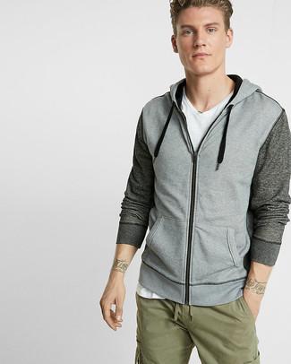 Cómo combinar: pantalón cargo verde oliva, camiseta con cuello en v blanca, sudadera con capucha gris