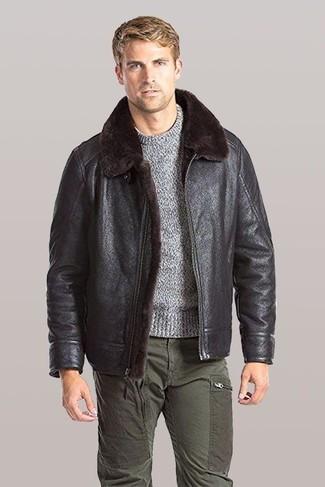 Cómo combinar: pantalón cargo verde oliva, jersey con cuello circular gris, chaqueta de piel de oveja en marrón oscuro