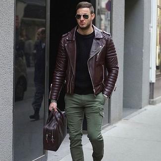 Cómo combinar: portafolio de cuero morado oscuro, pantalón cargo verde oliva, jersey con cuello circular negro, chaqueta motera de cuero en marrón oscuro
