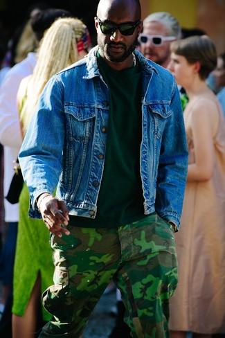 Cómo combinar: gafas de sol verde oscuro, pantalón cargo de camuflaje verde oscuro, camiseta con cuello circular verde oscuro, chaqueta vaquera azul