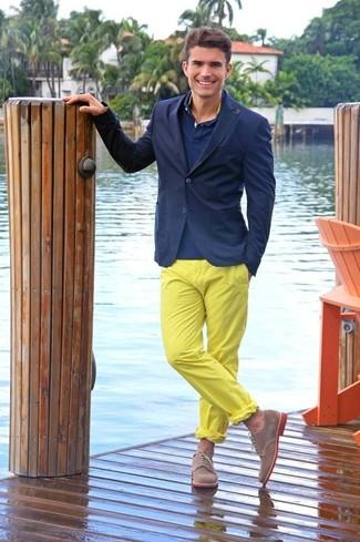 Cómo combinar: zapatos derby de ante marrónes, pantalón chino amarillo, camisa polo azul marino, blazer azul marino