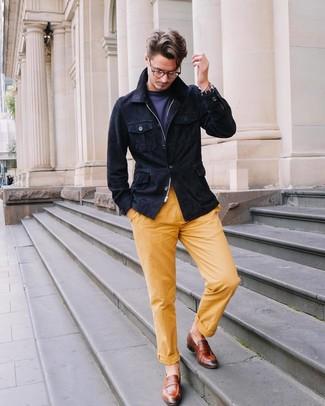 Cómo combinar: mocasín de cuero marrón, pantalón chino amarillo, camiseta con cuello circular azul marino, chaqueta campo de ante azul marino