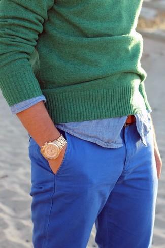 Cómo combinar: pantalón chino azul, camisa de manga larga de cambray celeste, jersey con cuello circular verde