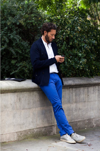 Look de moda: Zapatillas plimsoll grises, Pantalón chino azul, Camisa polo blanca, Blazer azul marino
