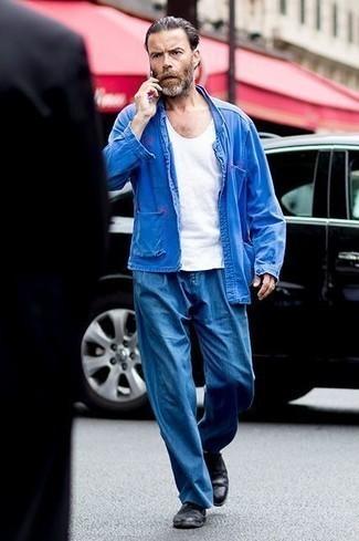 Combinar una camiseta sin mangas blanca: Una camiseta sin mangas blanca y un pantalón chino azul son una opción inigualable para el fin de semana. Agrega zapatos derby de cuero negros a tu apariencia para un mejor estilo al instante.