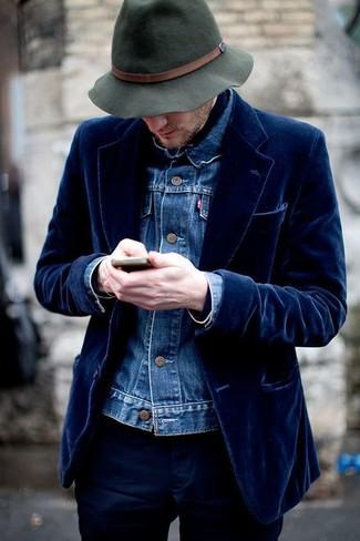 Cómo combinar: sombrero de lana verde oscuro, pantalón chino azul marino, blazer de terciopelo azul marino, chaqueta vaquera azul