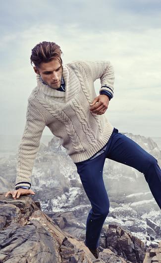 Cómo combinar: botas casual de cuero en marrón oscuro, pantalón chino azul marino, camisa de manga larga de tartán azul, jersey con cuello chal en beige
